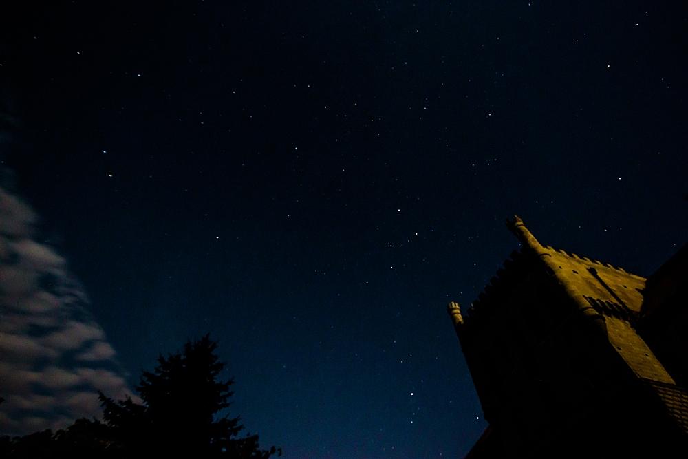 Nocne niebo nad zamkiem w Książu Wielkim, fot. Konrad Kubuśka